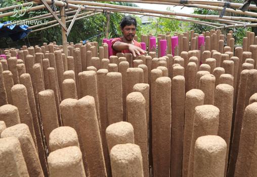 یک کارگر در حال مرتب کردن عودهای خوشبو کننده در آستانه سال نو اندونزی