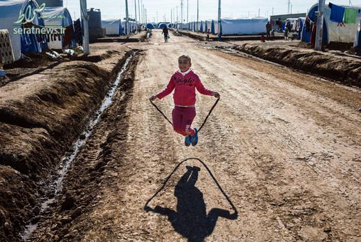 طناب بازی دختربچه آواره عراقی که در پی عملیات آزادسازی موصل به اردوگاه آوارگان در حومه شهر اربیل آمده است
