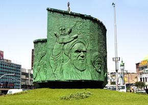 ظاهر قدیمی میدان انقلاب با نماد عاشورا و انقلاب اسلامی