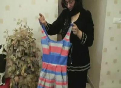 ماد ندا در حال نشان دادن لباس خواب دختر مرحومش