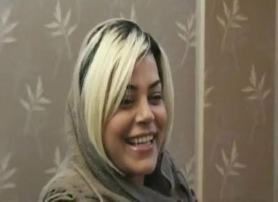 خواهر داغدار ندا در حال گفتگو با خبرنگار بیگانه