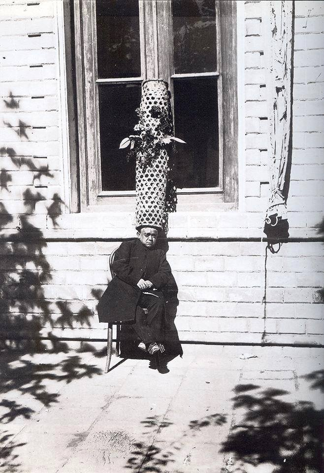 عکس/ خواجه قاجاری و کلاه عجیبش