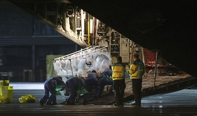 غربالگری از هواپیمای بیماران ابولایی+تصاویر