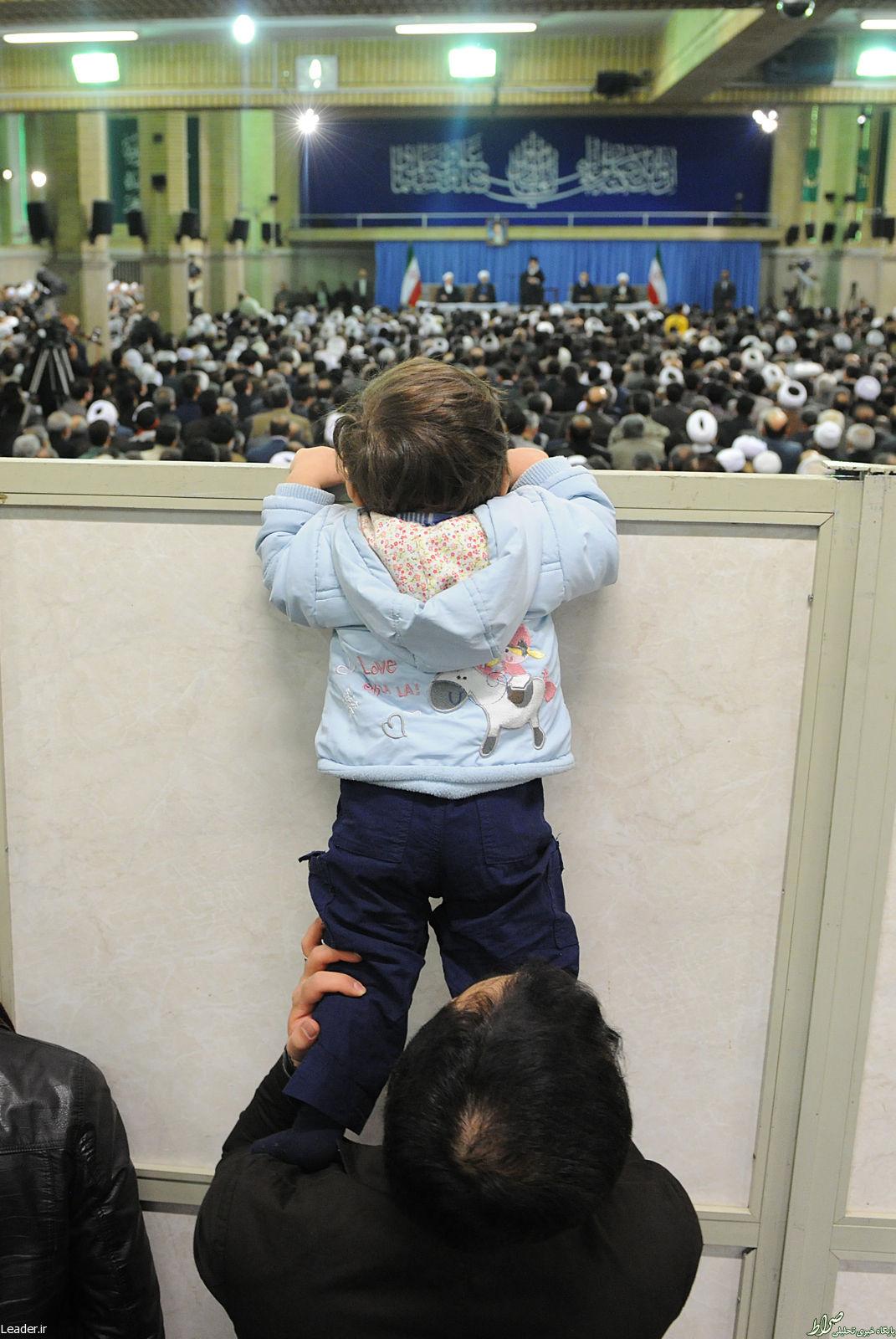 عکس/ تلاش جالب یک کودک برای دیدن رهبر انقلاب