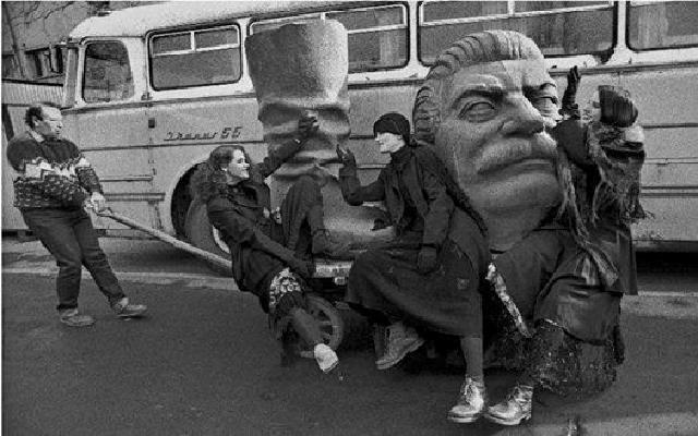 عکس/ خداحافظی با چکمه استالین