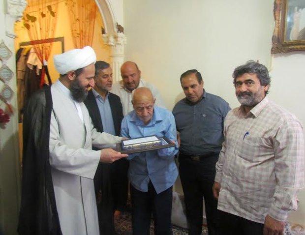 مسنترین پدرشهید با رهبرانقلاب دیدار میکند+عکس