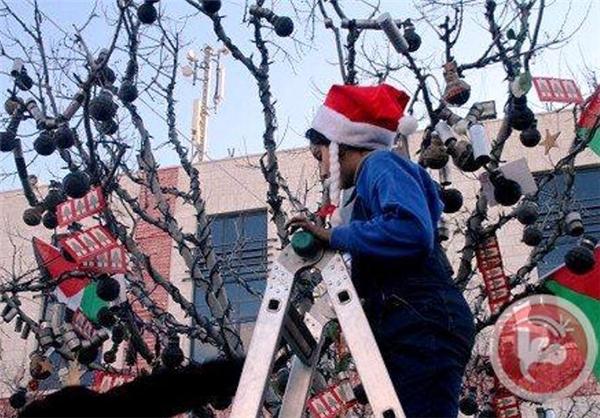 هدایای کشنده برروی درخت کریسمس +عکس