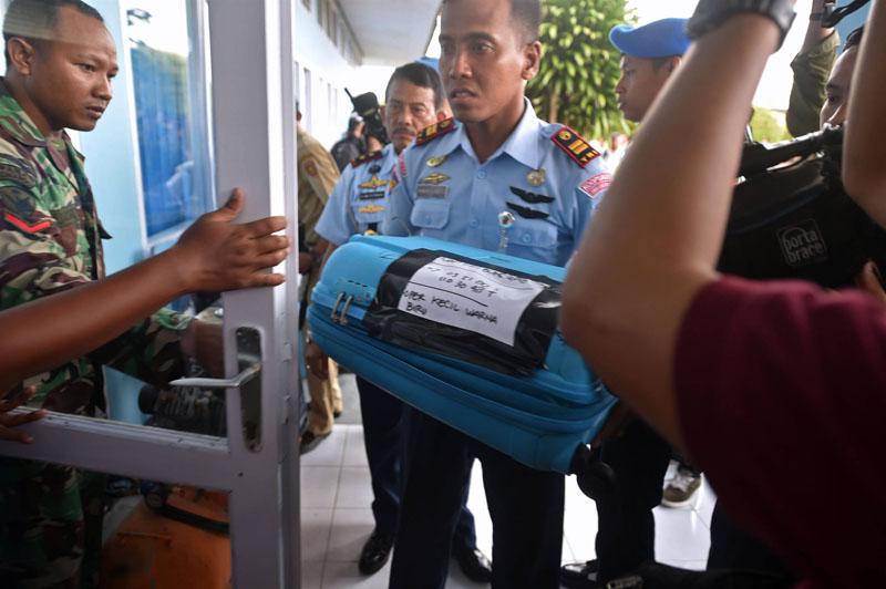 اجساد مسافران هواپیمای مالزیایی+تصاویر