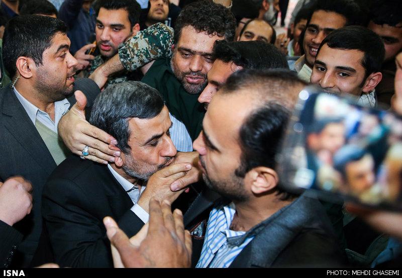 عکس/دستبوسی احمدینژاد درحرمامام(ره)