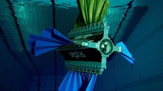 روبات زیبای شناگر +عکس