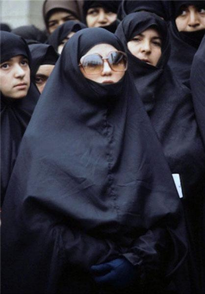 عکس/ پوشش یک زن انقلابی در بهمن 57