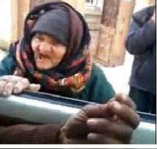 پیرزن سوری داعش را به چالش کشید!+عکس