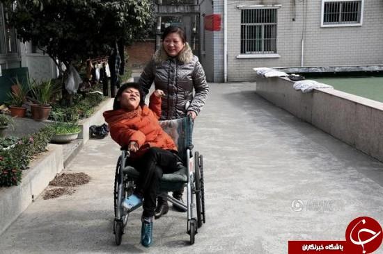 رماننویسی کودک معلول با یک پا +عکس