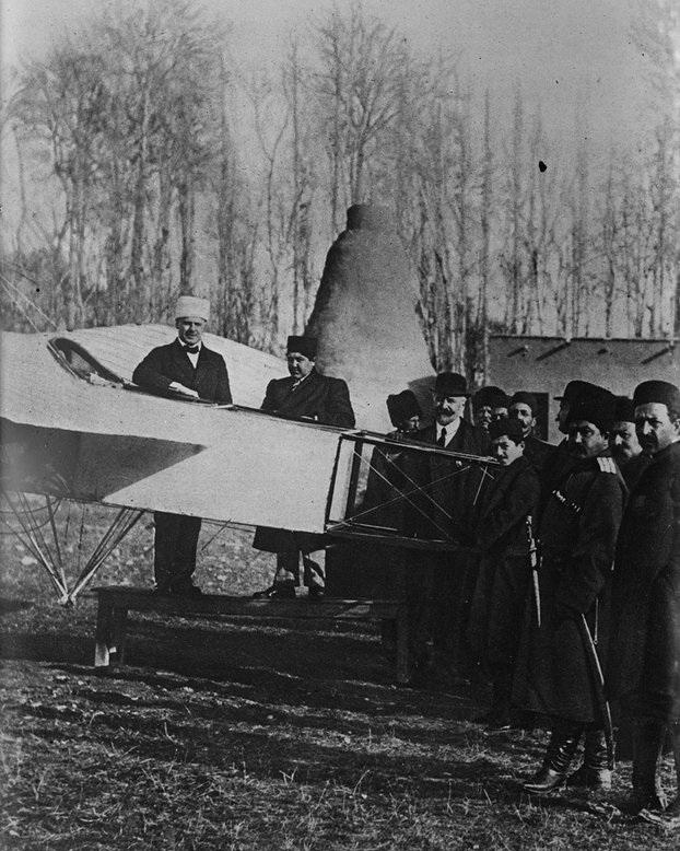 عکس/ احمدشاه با اولین هواپیمای ایران