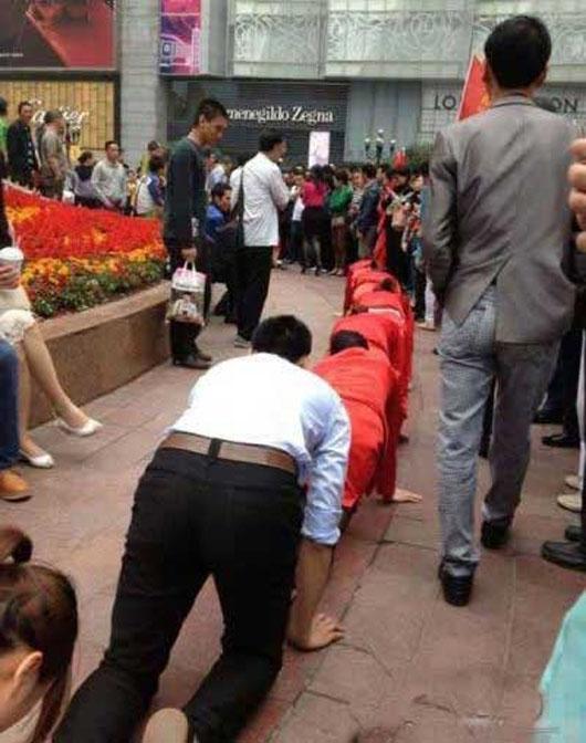 کار در چین عکس جالب زن چینی دختر چینی تنبیه کارمندان