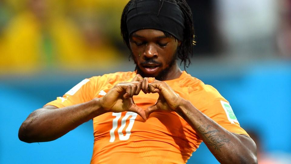 عکس/ تقلید بازیکن ساحل عاج از دختران ترانه خوان