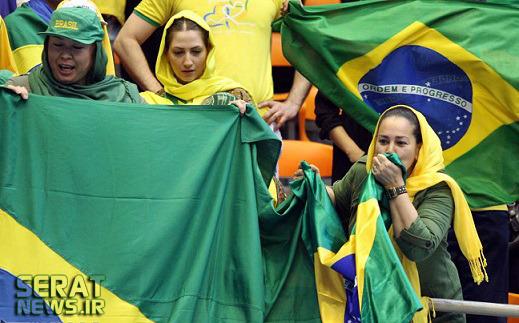 تصاویر/ دختران والیبالدوست ایرانی که توانستند با ترفند مسابقه را ببینند
