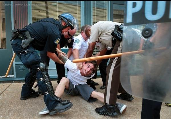 اعتراضات به دستهگل جدید پلیس آمریکا +تصاویر