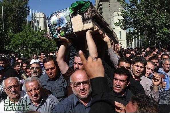 عکس/ مرد همیشه در صحنه در تشییع خبرنگار فارس