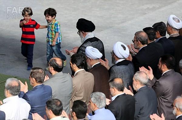 عکس/ دو کودک در کنار رهبر انقلاب هنگام اقامه نماز