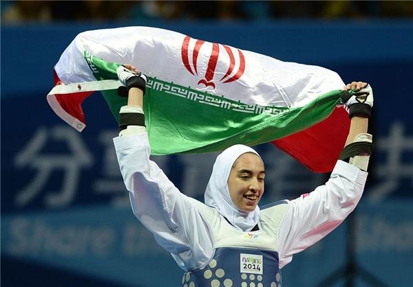 اهتزار پرچم ایران توسط دانشآموز محجبه در چین +تصاویر
