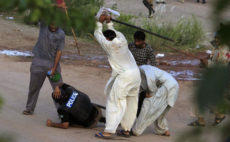 عکس/ کتک خوردن پلیس پاکستانی