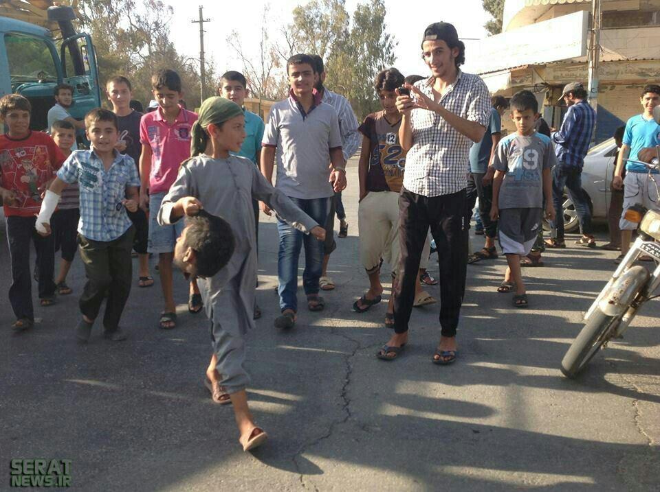 عکس/ معرکه گیری کودک داعشی با سر بریده