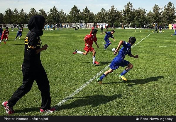 عکس/ داور زن برای فوتبال پسران در ایران