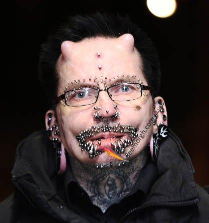 دردسرهای مردی که خودش را شبیه شیطان کرده است در دبی + عکس