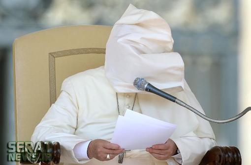 عکس/ باد چهره پاپ را پوشاند!