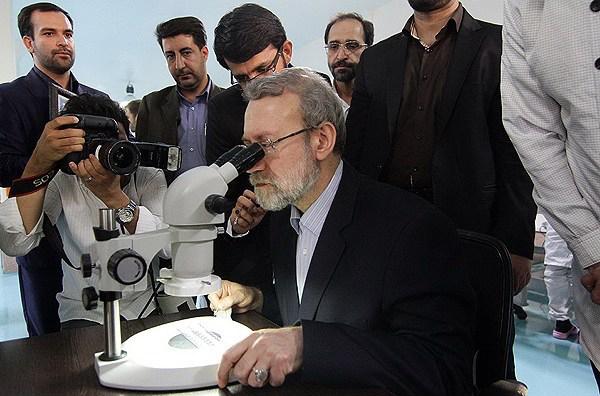 عکس/ لاریجانی پشت میکروسکوپ