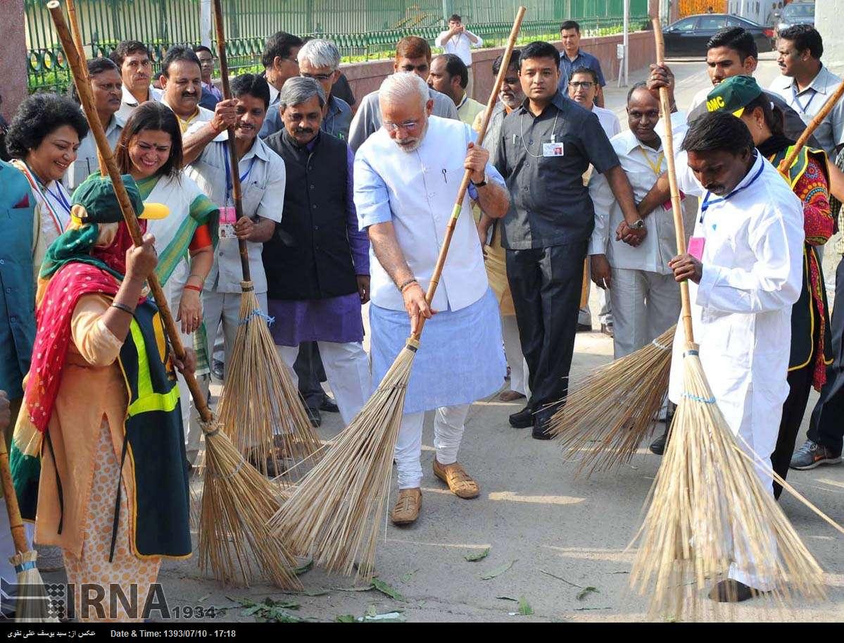 نخست وزیری که جارو به دست شد+عکس