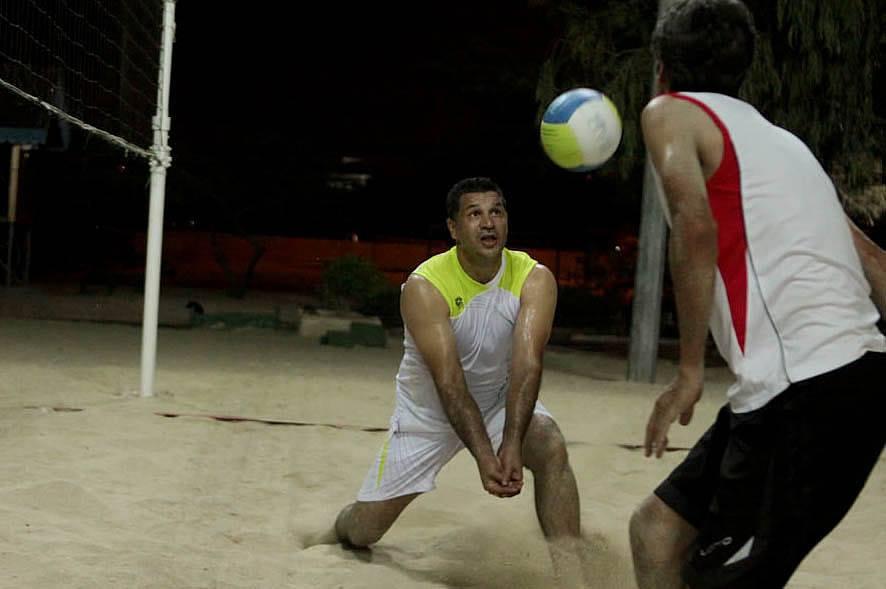 عکس/ علی دایی در حال بازی والیبال ساحلی