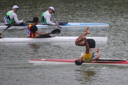 پشتک به داخل آب پس از کسب مدال نقره!