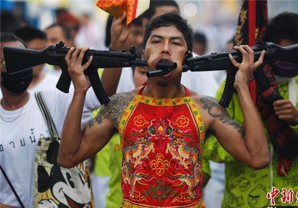 تصاویر/ رفتارهای عجیب چینیها در یک جشنواره