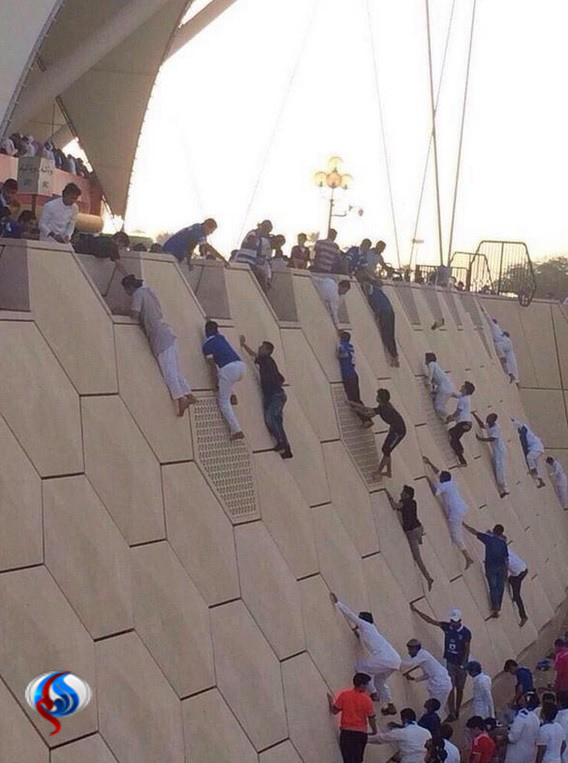 عکس/ بالارفتن عربستانیها از دیوارورزشگاه!