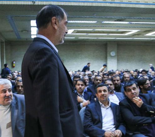 عکس/ نگاه موشکافانه احمدی نژاد به باهنر