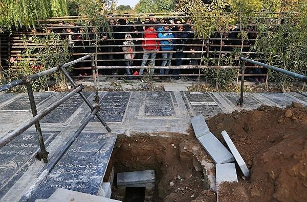 مرحوم پاشایی در کنار چه کسانی آرام گرفت؟ +عکس
