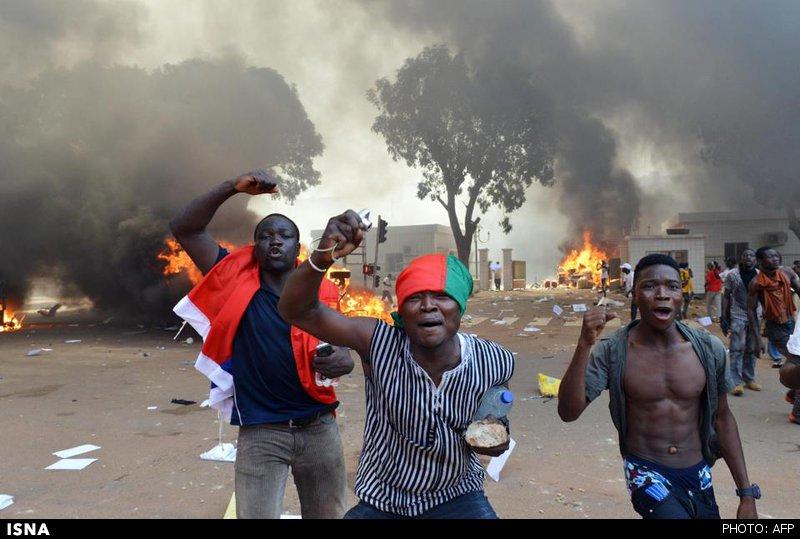 پارلمان بورکینافاسو به آتش کشیده شد +عکس