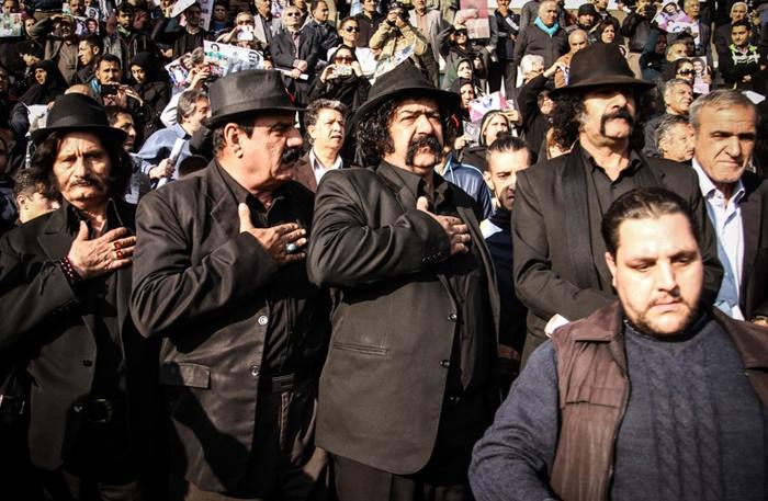 عکس/ کلاه مخملی ها در یک مراسم تشییع