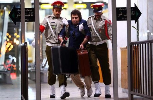 لحظه بازداشت عطاران توسط دو دژبان+ عکس