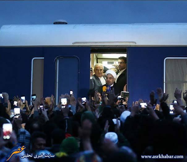 عکس/ مردم گوشی به دست مقابل روحانی!