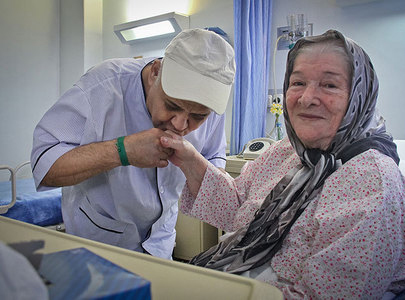 عکس/ بوسه اکبرعبدی بر دست خانم بیمار