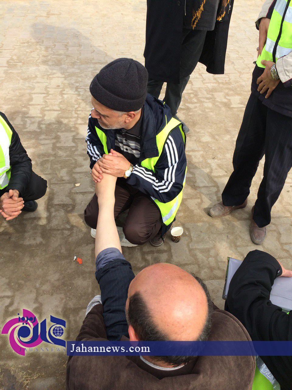 عکس/ سردار در حال ماساژ پای زائر اربعین