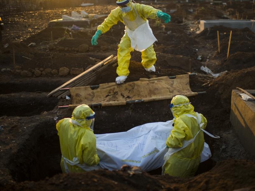 گروه تلگرام ایرانیان ترکیه عکس/دفن کشته های بیماری ابولا