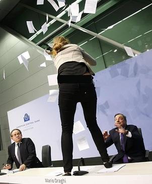 دختری روی میز مقام اروپایی پرید !