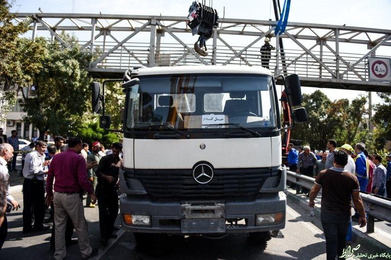 عکس/ گیر کردن کامیون به پل عابر