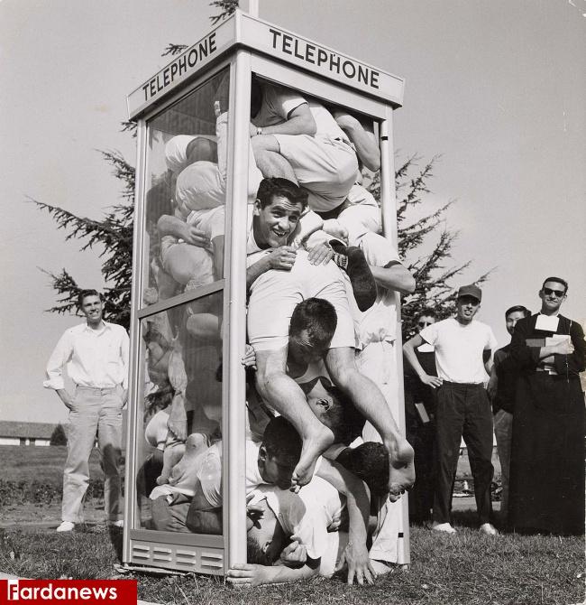 عکس/ ۲۲ نفر در یک باجه تلفن!