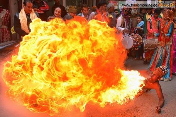 عکس/ نفس آتشین مرد هندی