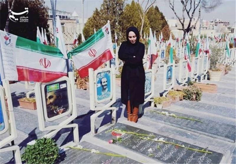 عکس/ بهنوش بختیاری بر سر مزار 2 فرمانده شهید